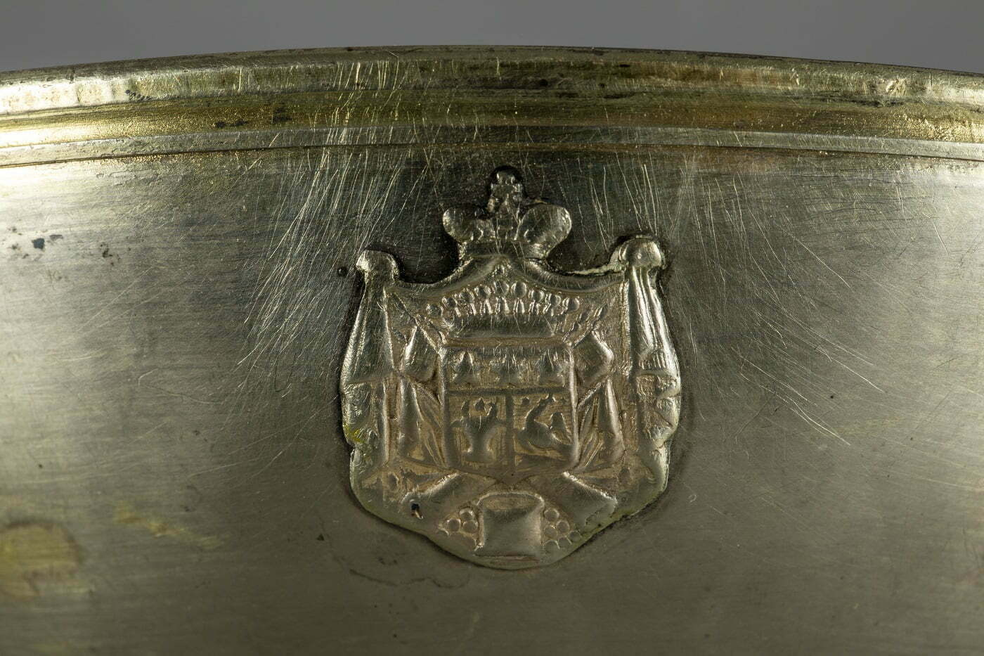 Castronaș de argint din tezaurul MNIR, având reprezentată prima stemă a Principatelor UNite