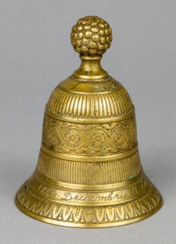 """Clopoțel cu inscripția """"1861 Dechembrie 11 la Bucuresci"""", dată la care Alexandru Ioan Cuza a dat Proclamația către națiune prin care anunța :""""Unirea este îndeplinită,naționalitatea română este întemeiată"""""""