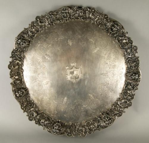 Platou de argint, circular, cizelat cu arabescuri,având în centru stema Principatelor Unite, care i-a aparținut domnitorului Alexandru Ioan Cuza