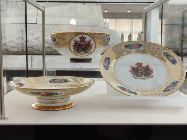 Set de porțelan de Sevres cu stema Pincipatelor Unite, care a aparținut lui Alexandru Ioan Cuza